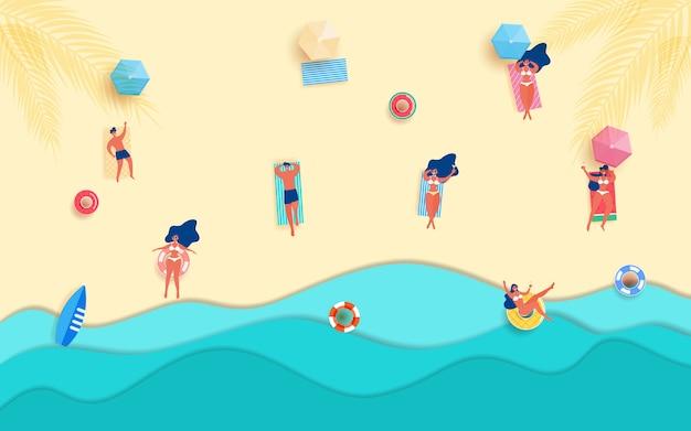 A menina e o indivíduo quentes na praia tomam sol na estação de verão.