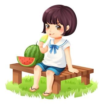 A menina está comendo sorvete sentado em uma cadeira de madeira