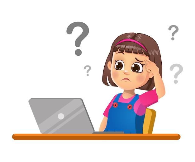 A menina está pensando ao ver o laptop