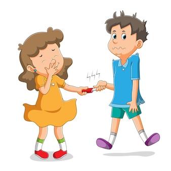 A menina está rindo e o menino é eletrocutado pela ferramenta da menina