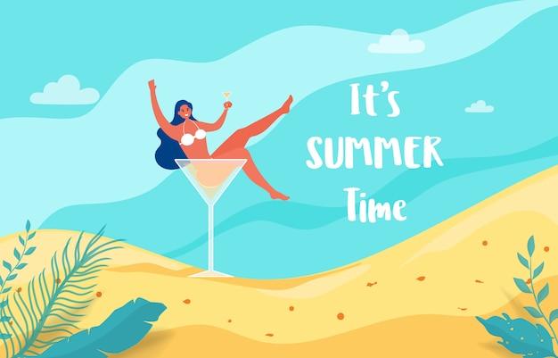A menina quente no vidro de cocktail deixa-nos party férias de verão