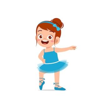 A menina usa uma linda fantasia de bailarina e dança