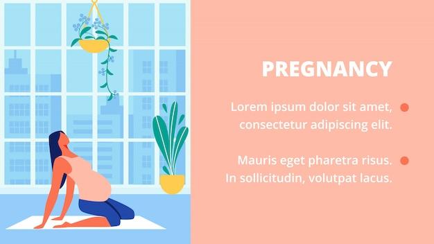 A mulher gravida na camisa de rosa senta-se no assoalho. ioga.