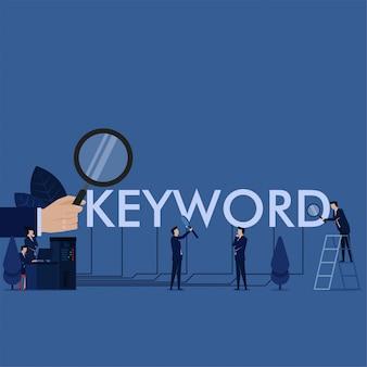 A palavra-chave da busca da equipe do negócio na mesa conecta à metáfora do texto da palavra-chave da melhor palavra-chave da busca.