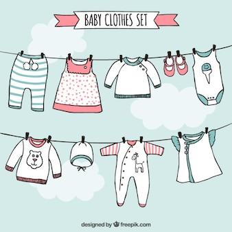 A roupa do bebê ajustados no estilo desenhado mão