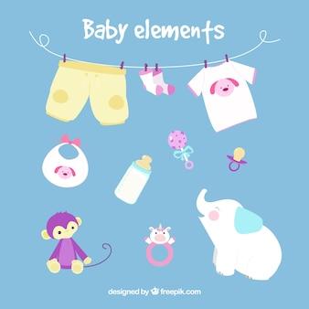 A roupa do bebê com alguns brinquedos