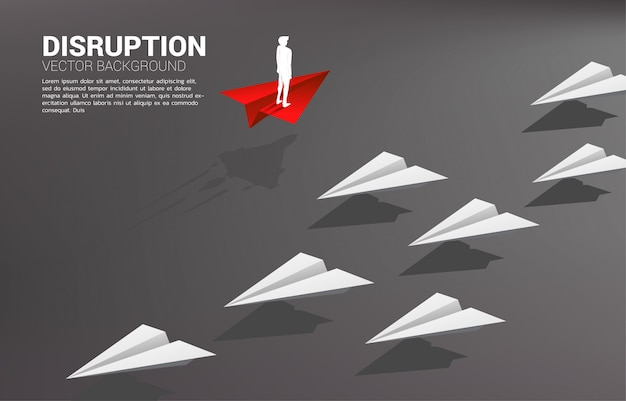 A silhueta do homem de negócios que está no avião de papel do origâmi vermelho vai maneira diferente do grupo do branco. conceito de negócios de missão de ruptura e visão.