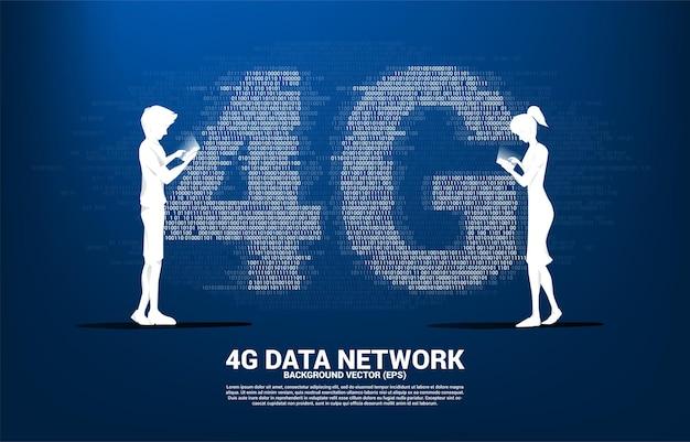 A silhueta do homem e da mulher usam o telefone móvel com rede móvel 4g com estilo de matriz de dígito de código binário de um e zero.