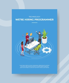 A tecnologia estava contratando pessoas programadoras em pé, discussão, palestra, recepção para modelo de banner e folheto