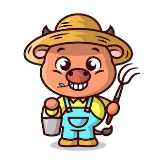 A vaca marrom engraçada está vestindo uma fantasia de fazendeiro e trazendo um balde e um garfo mascote dos desenhos animados