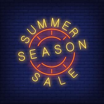 A venda da estação de verão assina dentro o estilo de néon. ilustração com texto amarelo e selo redondo vermelho.