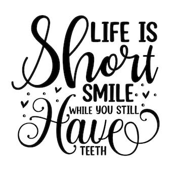 A vida é curta, sorria enquanto você ainda tem dentes com letras de mão premium vector design