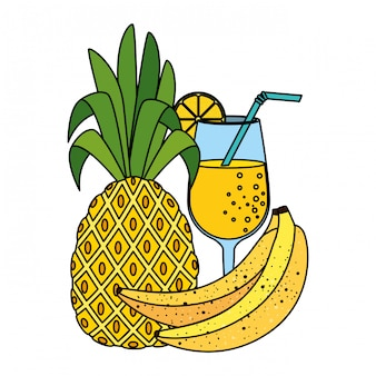 Abacaxi de frutas frescas no verão com coquetel e banana