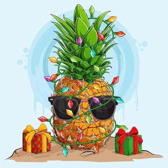 Abacaxi de natal engraçado em óculos de sol e cercado por luzes de árvore de natal e presentes