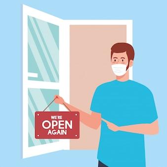 Aberto novamente após quarentena, homem com etiqueta de reabertura de loja e porta aberta, estamos abertos novamente