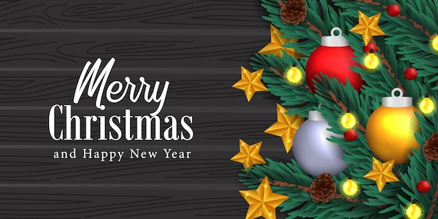 Abeto realista elegante deixa decoração guirlanda, pinha, estrela dourada, esfera de bola de bugiganga na madeira preta para o natal