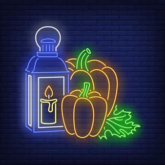 Abóboras e lanterna com sinal de néon de vela