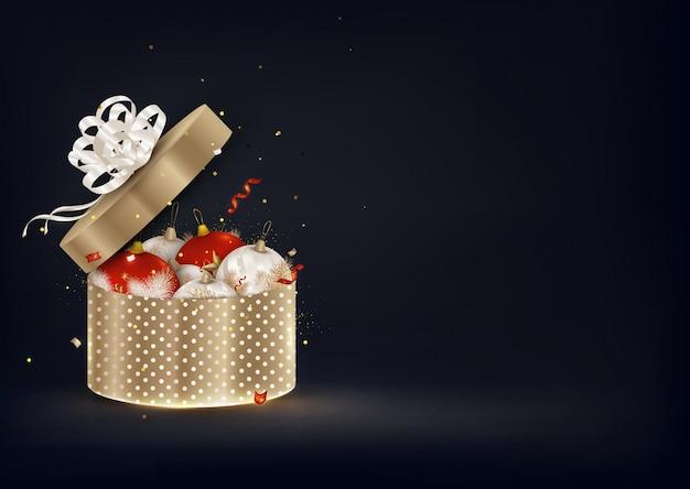 Abriu a caixa de presente dourada com bolas de natal. fundo do ano novo.