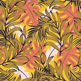 Abstrata sem costura padrão com folhas tropicais coloridas e plantas em fundo amarelo