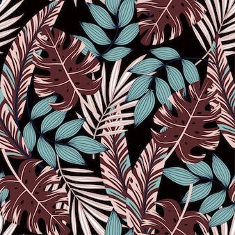 Abstrata sem costura padrão com plantas coloridas tropicais e folhas em um fundo escuro