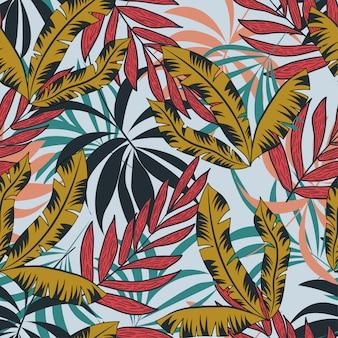 Abstrata sem costura padrão com plantas e folhas tropicais coloridas sobre um fundo claro