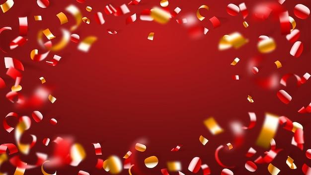 Abstrato de voar confetes brilhantes e pedaços de serpentina, dourado e amarelo no vermelho