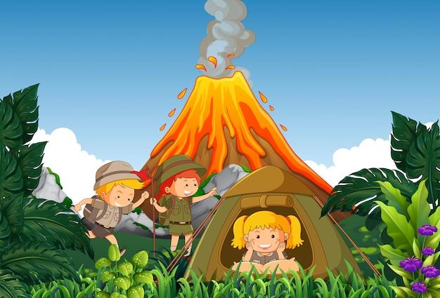 Acampamento de crianças acampamento ao lado do vulcão
