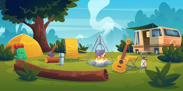Acampamento de verão com fogueira, barraca, van, mochila, cadeira e violão.