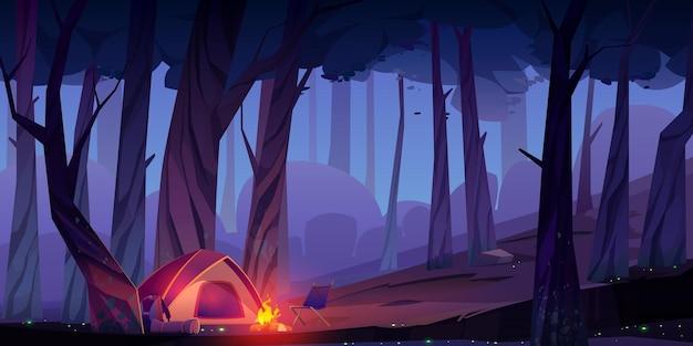 Acampamento de verão com fogueira e barraca à noite