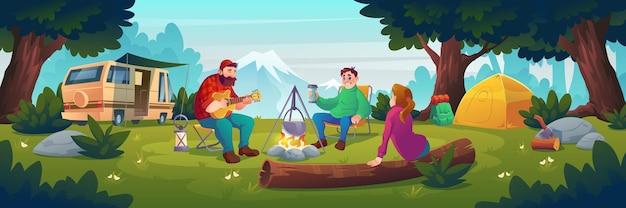 Acampamento de verão com pessoas sentadas perto da fogueira.