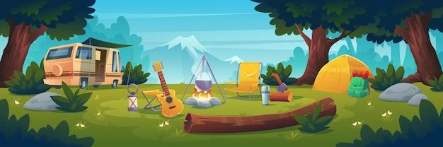 Acampamento de verão durante o dia. caravana na fogueira com panela, barraca, tronco, caldeirão e guitarra na vista da montanha