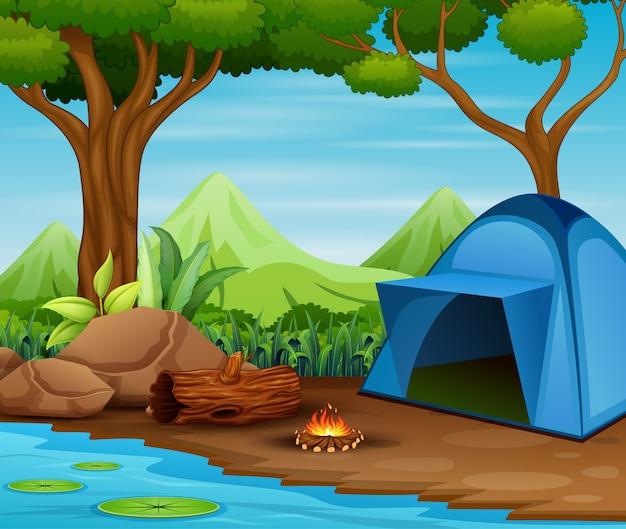 Acampamento turístico de verão na floresta perto do lago