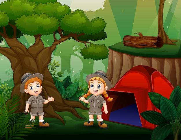 Acampar ao ar livre com duas crianças escoteiras