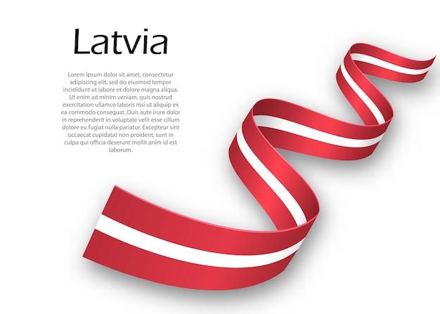Acenando a fita ou banner com a bandeira da letônia. modelo para design de pôster do dia da independência