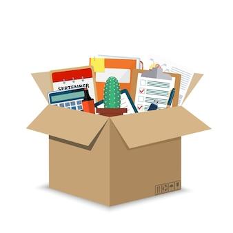 Acessórios de escritório em caixa de papelão.