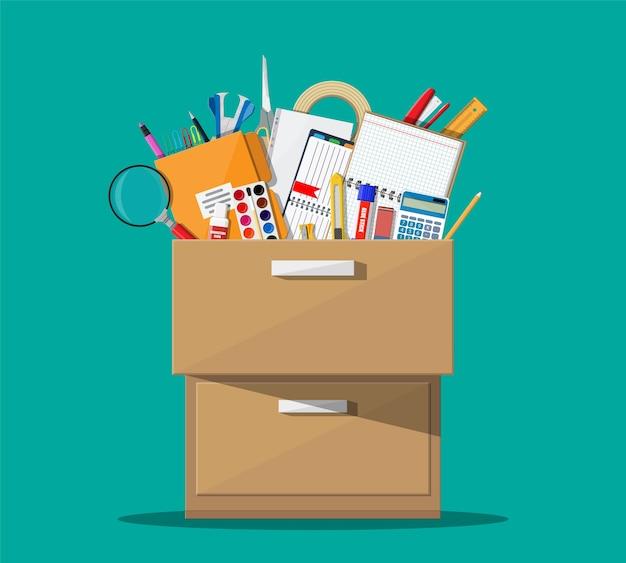 Acessórios de escritório em gaveta de madeira.