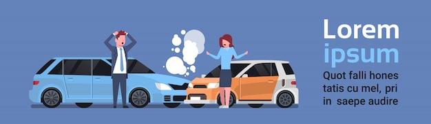 Acidente de choque do carro com colisão da estrada dos motoristas do homem e da mulher. modelo de texto