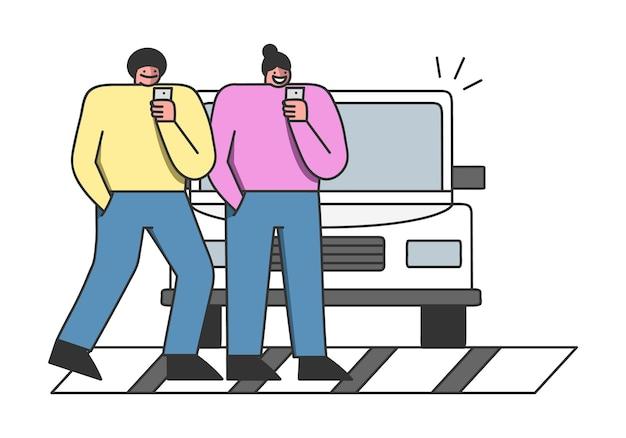 Acidente de pedestre. desenhos animados usando smartphones cruzando a rua na zebra sem perceber o carro