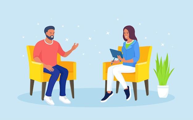 Aconselhamento em psicoterapia. psicólogo ou psicoterapeuta e paciente sentado em poltronas em sessão de terapia. tratamento do estresse, vícios e problemas mentais.