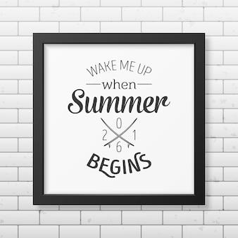 Acorde-me quando o verão começar - cite o fundo tipográfico no quadro preto quadrado realista, isolado no fundo branco.