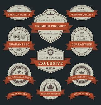 Adesivos de qualidade real de produtos premium. etiqueta de papel velha desbotada em enfeite de fita torcida laranja.