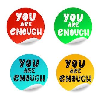 Adesivos redondos isolados no fundo branco. amarelo, vermelho, azul, verde vetor em branco, banner ou etiqueta circular dobrada. definido para presente, preço circular de anúncio, tags promocionais de desconto arredondado