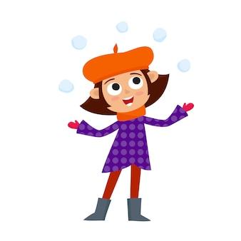 Adolescente feliz em roupas de inverno brincando com bolas de neve,