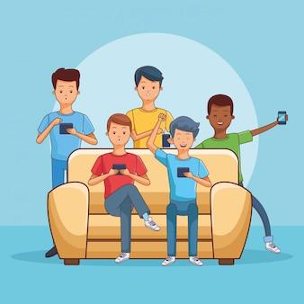 Adolescentes usando smartphone sentado no sofá