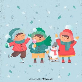 Adoráveis crianças comemorando o inverno