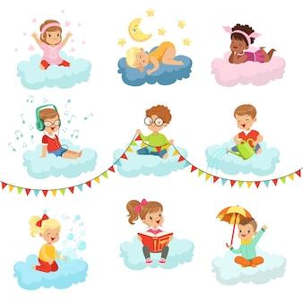 Adoráveis meninos e meninas sentados nas nuvens jogando brinquedos