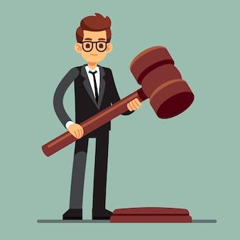 Advogado de negócios segurando o martelo de juiz de madeira