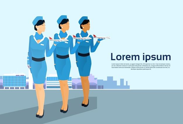 Aeromoça grupo espera aeronave tripulação sobre o aeroporto
