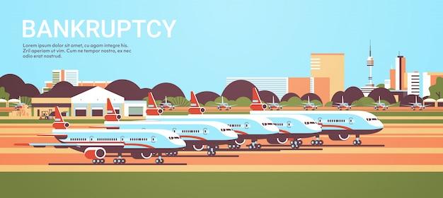 Aeroporto com aviões estacionados conceito de quarentena de coronavírus