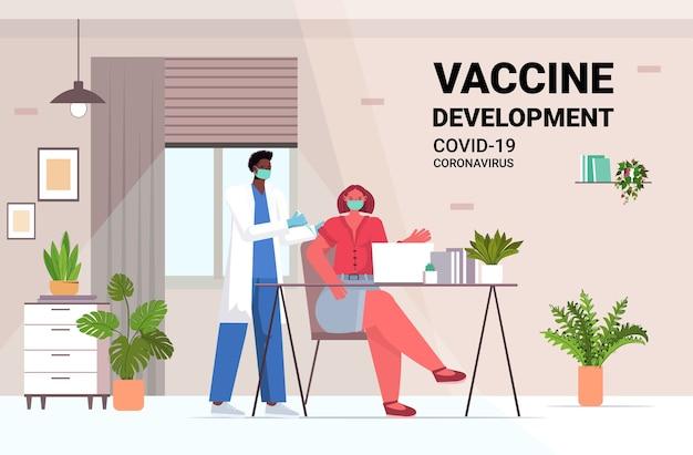 Africano americano médico masculino com máscara vacinando paciente empresária para lutar contra o coronavírus conceito de desenvolvimento de vacina escritório interior ilustração horizontal de comprimento total